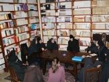 Игумения Ника беседует с сестрами Покровского монастыря в библиотеке