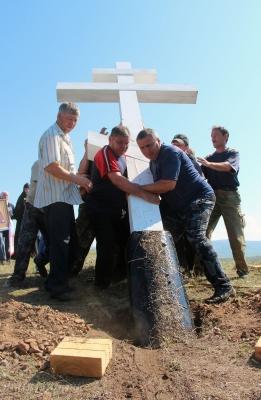Зырянцы устанавливают крест на месте разрушенной часовни