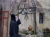 Действующая колокольня над старинным колодцем